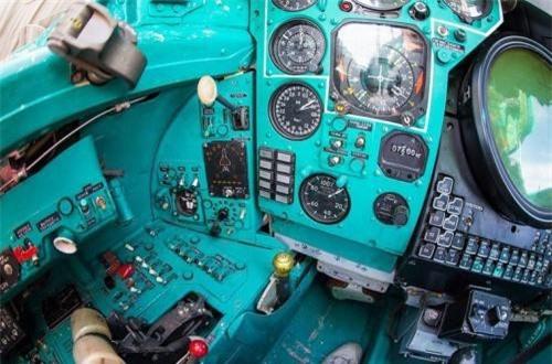 Ngoài màn hình hiện sóng radar, buồng lái sau của phi công MiG-31 cũng có rất nhiều đồng hồ và nút bấm. Ảnh: War.163