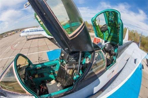 Theo Wikipedia, được phát triển từ giữa những năm 1970, không lạ khi thiết kế nắp buồng lái 2 phi công tách rời nhau thay vì chung nắp buồng lái như tiêm kích hiện đại. Ảnh: War.163