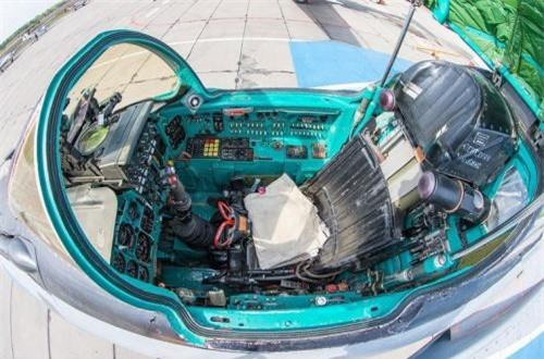 Đây là vị trí ngồi của phi công lái máy bay, họ ngồi trên những chiếc ghế có lắp bộ phận phóng khẩn cấp ra khỏi máy bay khi bị bắn rơi hoặc tai nạn. Ảnh: War.163