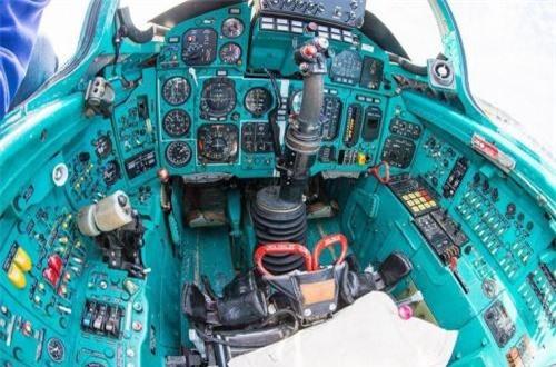 Buồng lái tiêm kích nhanh nhất thế giới không có màn hình màu hiển thị thông số bay mà chủ yếu dùng vô số đồng hồ và hàng dài nút bấm ở phía trước cũng như 2 bên buồng lái phi công. Cần lái của phi công nằm ở giữa. Ảnh: War.163