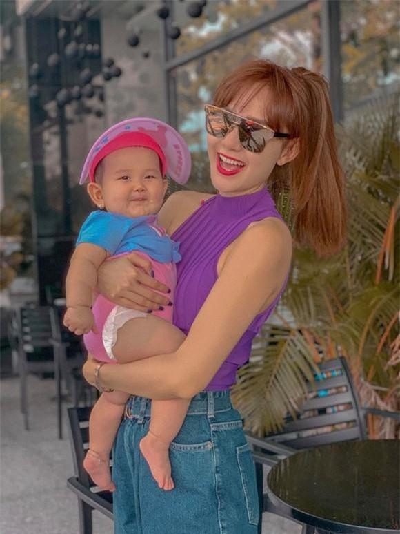 Minh Hằng dành thời gian rảnh để chơi với cháu gái