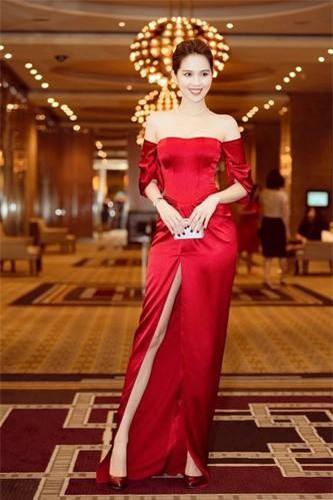 Trở thành tâm điểm chú ý của sự kiện thảm đỏ, Ngọc Trinh tự tin khoe vẻ gợi cảm hết cỡ khi mặc chiếc đầm có chất liệu trơn, thiết kế cắt xẻ đầy tinh tế.