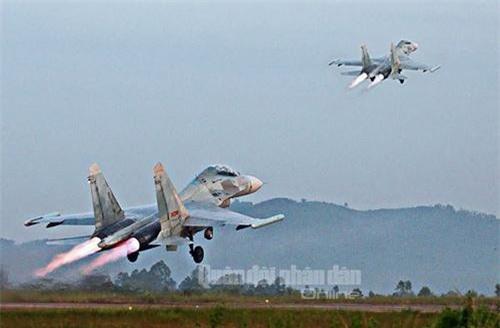 Pod gây nhiễu L203 Gardenia gắn trên tiêm kích Su-27 của Không quân Việt Nam. Ảnh: Quân đội nhân dân.