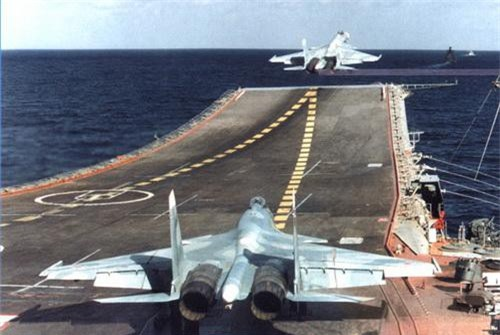 Tiêm kích hạm Su-33 cất cánh từ tàu sân bay Đô đốc Kuznetsov. Ảnh: TASS.