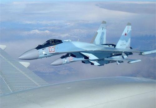 Tiêm kích Su-35S của Không quân Nga được trang bị pod ECM L-265M10 Khibiny-M. Ảnh: Defence Blog.