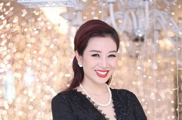 """17 tuổi, Thu Hương đã trở thành công tác viên rồi MC và Biên tập viên của đài Truyền hình Việt Nam. Cô là gương mặt quen thuộc của các chương trình nổi tiếng trên VTV3 lúc đó như: """"Làm giàu không khó"""" và """"Phụ nữ thế kỷ 21"""". Cô cũng thử sức trong lĩnh vực truyền hình bằng vai chính trong bộ phim """"Cô thư ký xinh đẹp"""" của đạo diễn Châu Huế. Ảnh: VietnamBiz"""