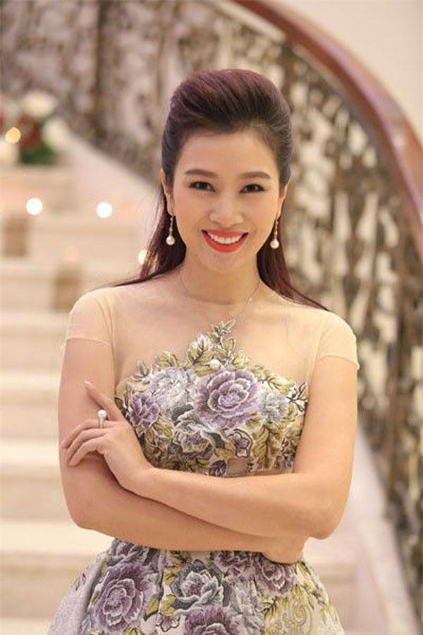 Dồn hết số tiền dành dụm trong suốt 4 năm đi làm, ở tuổi 21, Thu Hương thực hiện dự án kinh doanh đầu đời. Cô tuyển dụng 100 nhân viên, đào tạo họ cách giới thiệu và mời chào khách hàng về một cuốn tạp chí chuyên về sản phẩm lần đầu tiên có mặt ở Việt Nam. Ảnh: dantri.com.vn