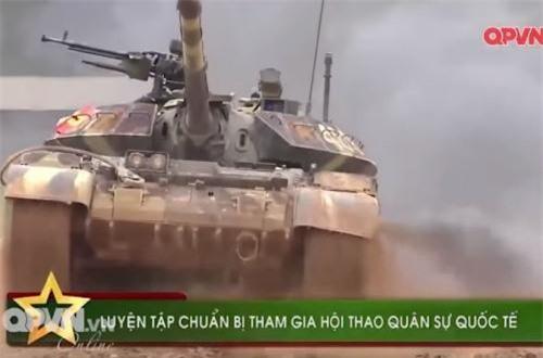 """Trước đó, trong chương trình phóng sự """"Luyện tập chuẩn bị tham gia hội thao quân sự quốc tế"""" cũng của kênh Quốc phòng Việt Nam, bộ đội ta cũng sử dụng các xe tăng T-54B cải tiến để luyện tập trước khi sang Nga thi đấu trên dòng tăng T-72B3 hiện đại. Và như chúng ta đã biết, Việt Nam trong lần thứ 2 tham dự đã xuất sắc giành giải nhì chung cuộc. Ảnh: QPVN"""