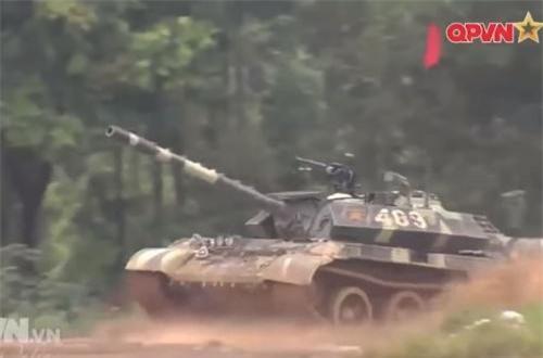 Về mặt hỏa lực, xe tăng T-54B cải tiến vẫn sử dụng khẩu pháo 100mm D-10T2S thay vì phải thay thế bằng cỡ nòng khác. Trước đây đã từng xuất hiện mẫu thử với phương án lắp pháo 105mm M68. Ảnh: QPVN