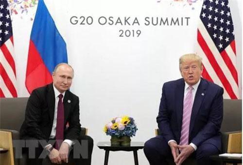 Tổng thống Nga Vladimir Putin và người đồng cấp Mỹ Donald Trump tại cuộc gặp ở Osaka, Nhật Bản ngày 28/6. (Ảnh: THX/TTXVN)