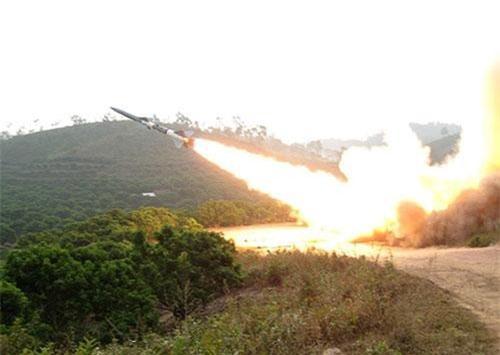 """Theo báo Quân đội Nhân dân, mới đây Học viên Phòng không - Không quân đã nghiên cứu thành công đề tài """"Ứng dụng công nghệ thông tin mô phỏng tuyến quan sát và điều khiển vô tuyến (5Y49) của đạn TLPK 5Я23 (thành phần của tổ hợp phòng không S-75M3 Volga-2 mà chúng ta thường biết tới với tên gọi chung là tên lửa SA-2)"""". Nguồn ảnh: Báo PK-KQ"""