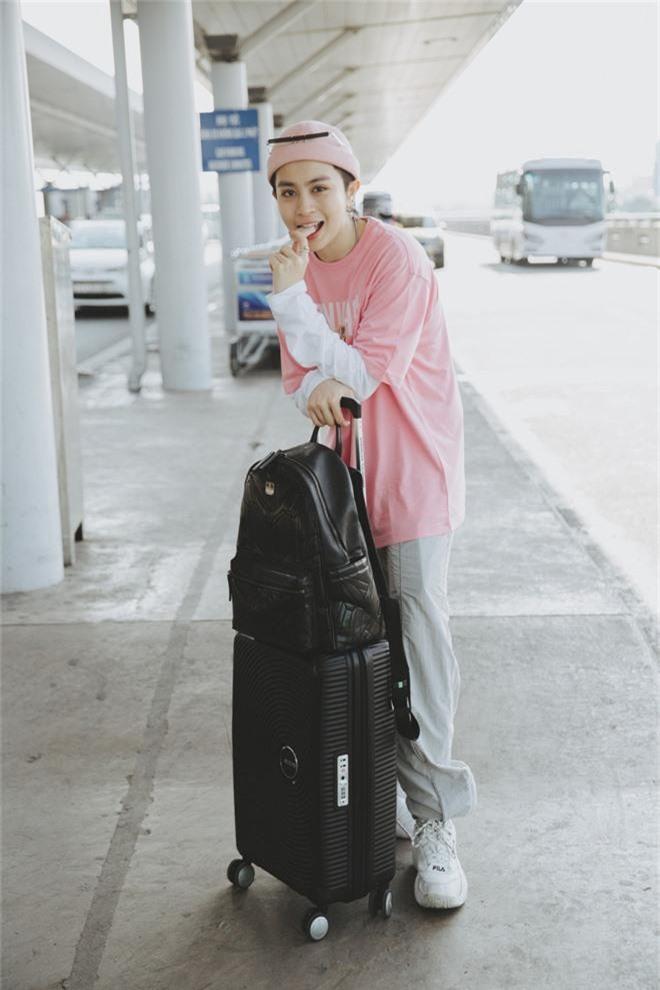 Gil Lê xuất hiện nổi bật, biểu cảm cực cool tại sân bay sang Indonesia làm Host Confetti Việt Nam - Ảnh 2.
