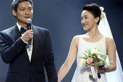 Tháng 5/2014, Châu Tấn công khai hẹn hò Cao Thánh Viễn. 2 tháng sau đó, cặp đôi làm đám cưới. Ảnh: Sina
