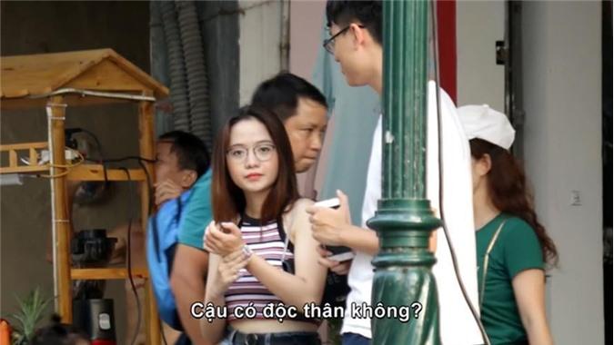 """Một cô nàng có tên Minh Tâm (sinh năm 1996, ở Đà Nẵng) đã bất ngờ nổi tiếng vì vô tình lọt vào ống kính của người lạ khi đang đi dạo ở phố đi bộ Hà Nội. Cụ thể, cô bạn này là một trong số những đối tượng được một anh chàng youtuber chọn lựa cho clip camera giấu kín chủ đề """"thả thính"""" của mình."""