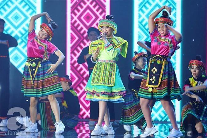 Hoàng Thùy Linh xuất hiện với trang phục ấn tượng trên sân khấu.