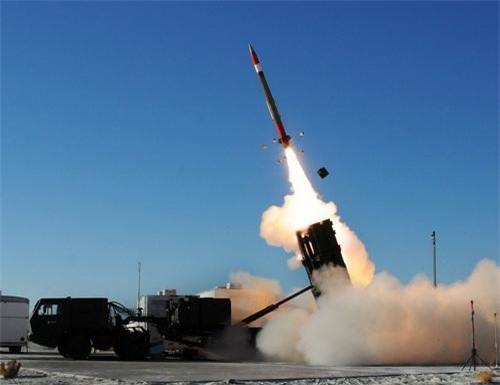 Tổ hợp MEADS phóng đạn đánh chặn MIM-104F tầm bắn 40 km trong một cuộc thử nghiệm. Ảnh: Defence Blog.