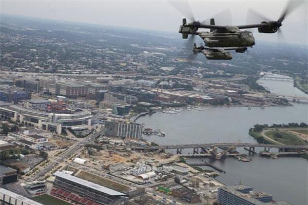 Được ra đời để phục vụ mục đích vận tải người và hàng hoá, tuy nhiên máy bay lai trực thăng V-22 Osprey cũng được trang bị khả năng mang theo vũ khí tối giản nhất để nó có thể tự vệ được trên chiến trường. Nguồn ảnh: Sina.
