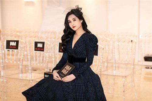 Không chỉ khoe khéo vòng eo gợi cảm mà Ngân Anh còn khiến nhiều người ngưỡng mộ bởi gu thời trang ngày càng sang chảnh và quyến rũ.