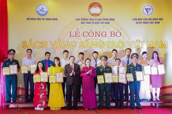 Chủ tịch Quốc hội Nguyễn Thị Kim Ngân, Chủ tịch UBTW MTTQ VN Trần Thanh Mẫn trao phần thưởng tặng các tác giả, đại diện nhóm tác giả. (Ảnh: QĐND)