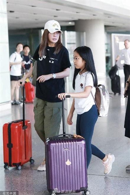 Triệu Vy không giấu kín hình ảnh của con như nhiều nghệ sĩ khác nhưng cũng không chủ động cho con xuất hiện trước truyền thông.