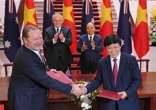 Ông Nguyễn Thanh Hùng, Chủ tịch Hội đồng sáng lập Sovico Group ký kết biên bản hợp tác với ông David Fox, Chủ tịch điều hành của Linfox Airports - Ảnh: VGP/Quang Hiếu