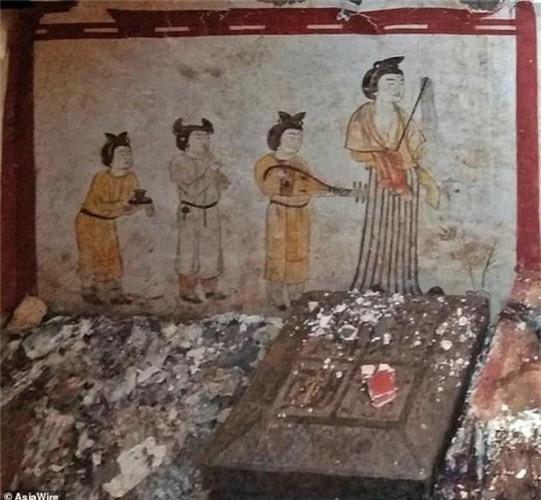 Canh tuong cuc soc ben trong mo co vuong gia Trung Quoc
