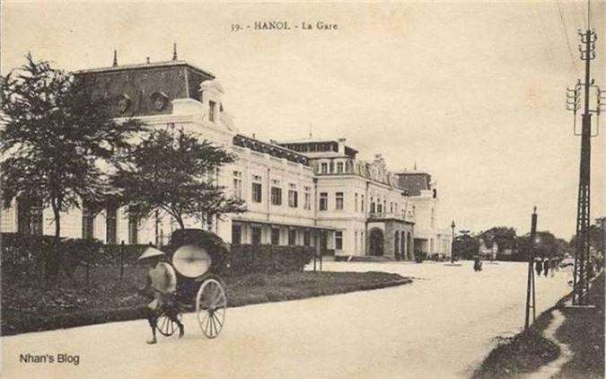 Là nhà ga xuất phát của con đường sắt Hà Nội - Lạng Sơn thuở ban đầu, rồi đường Hà Nội - Hải Phòng (1903), Hà Nội - Lào Cai (1905). Cùng với sự phát triển của mạng lưới đường sắt, quy mô nhà ga cũng thay đổi. Hai cánh được nâng nên thành hai tầng nối với hai khối nhà mới.