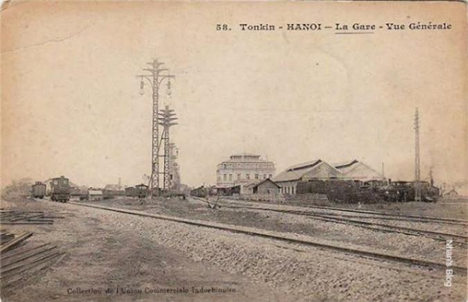 Lúc đầu ga Hàng Cỏ nằm trong diện tích hơn 21 ha, trong đó diện tích xây dựng là 105.000 m2 nhà cửa, còn là sân ga, đường sắt, các nhánh đường cho các đoàn tàu tránh nhau, ăn khách, dỡ hàng.