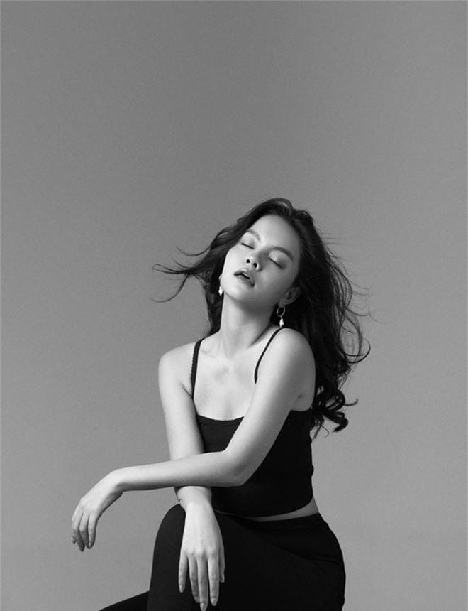 Phạm Quỳnh Anh ngày càng xinh đẹp và gợi cảm, tung bộ ảnh đơn sắc mừng tuổi 35 mà ngỡ 25 - Ảnh 2.