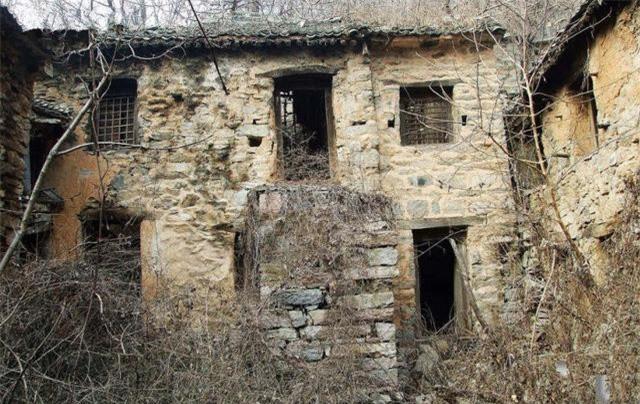 Người ta thường gọi Phong Môn là một ngôi làng mà người và ma sống lẫn lộn. Tuy vậy, nó cũng là điểm đến thu hút những ai có máu phiêu lưu, khám phá. Du khách khi về đều kể rằng, lúc đi qua địa phận làng Phong Môn, họ thường nghe và nhìn thấy những thứ kỳ lạ.
