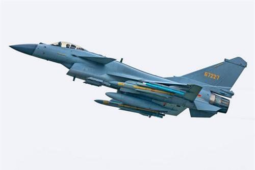 Tiêm kích đa năng J-10B của Không quân Trung Quốc mang 2 tên lửa chống bức xạ YJ-91 dưới cánh. Ảnh: China Military.