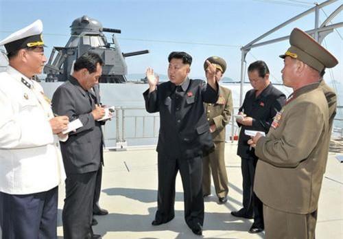 Chủ tịch Triều Tiên Kim Jong un trên chiếc tàu tên lửa tàng hình cỡ nhỏ bí ẩn của hải quân nước này. Ảnh: KCNA.