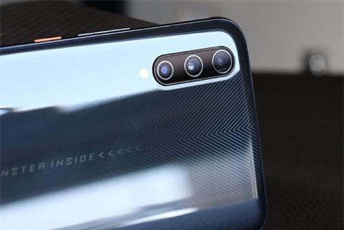 Vivo iQOO Pro sở hữu 3 camera sau. Trong đó, cảm biến chính 48 MP, khẩu độ f/1.8 cho khả năng lấy nét theo pha. Cảm biến thứ hai 13 MP, f/2.2 với ống kính góc rộng 120 độ. Cảm biến còn lại 2 MP, f/2.4 giúp tăng độ sâu trường ảnh, chụp ảnh xóa phông. Bộ ba này được trang bị đèn flash LED, quay video 4K.