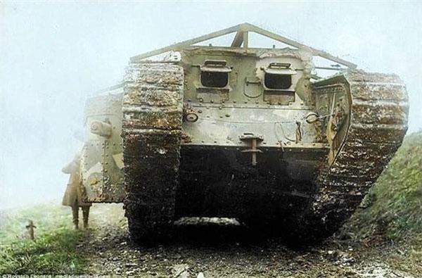 chiếc xe tăng đầu tiên ra đời từ ý tưởng của đại tá người Anh tên Ernest Swinton. Để cho ra đời loại vũ khí này, ông đã kết hợp phần gầm bánh xích của chiếc máy kéo Holt chạy bằng xăng với tấm giáp bảo vệ và pháo dã chiến, làm nên chiếc xe tăng sơ khai ban đầu.