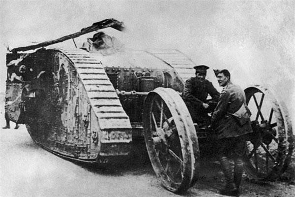 Xe tăng lần đầu được đưa vào sử dụng trong cuộc chiến tranh thế giới thứ nhất (1914-1918). Trong một trận đánh giữa quân Đức và quân Anh, những chiếc xe tăng lần đầu tiên được sử dụng.