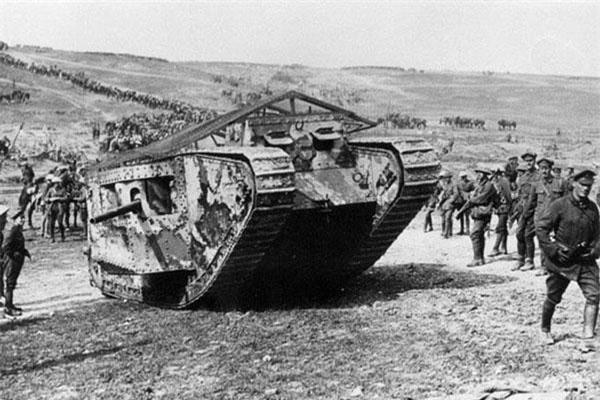 Trận đánh bằng xe tăng đầu tiên được ghi nhận là sông Somme giữa quân Anh với quân Đức. Theo sách