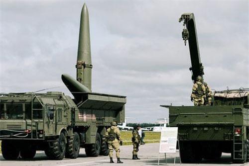 Bệ phóng tên lửa Iskander của Nga (Ảnh: RIA)