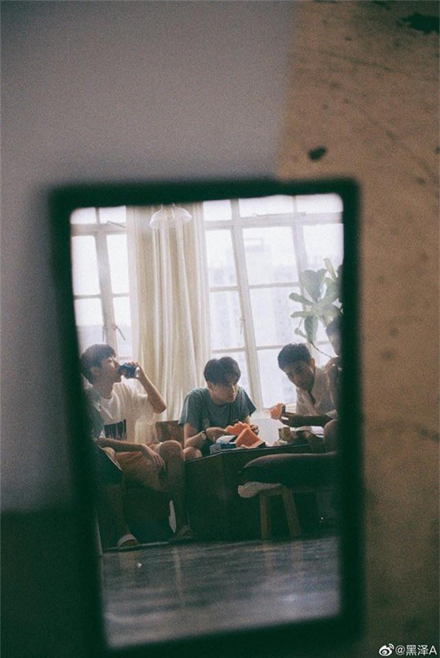 Bạn trai quốc dân Hắc Trạch chụp ảnh cùng hội bạn thân mà tưởng như poster phim mỹ nam học đường - Ảnh 8.