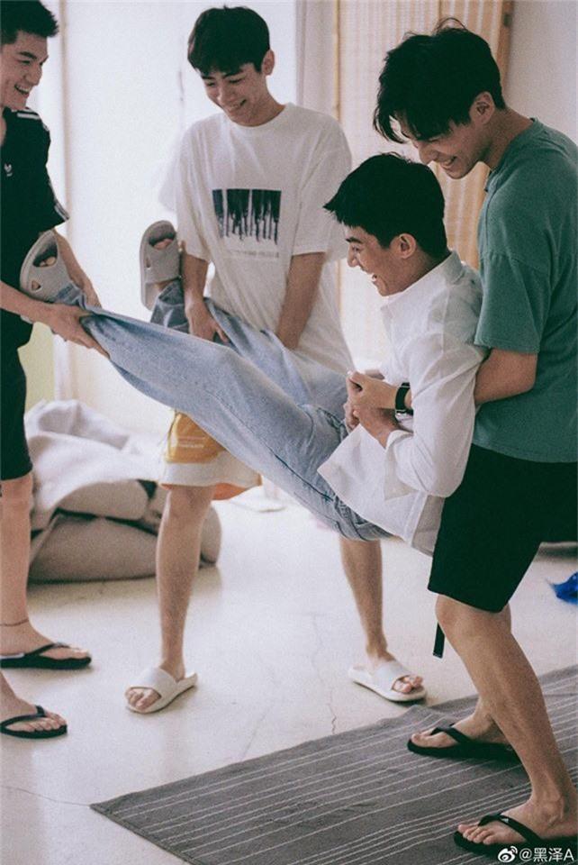 Bạn trai quốc dân Hắc Trạch chụp ảnh cùng hội bạn thân mà tưởng như poster phim mỹ nam học đường - Ảnh 9.