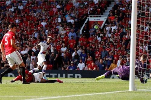 De Gea mắc lối trong bàn thua của MU. Ảnh: Premier League