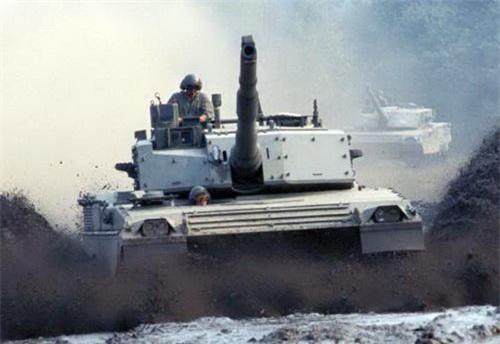 Xe tăng chiến đấu chủ lực C1 Ariete nhìn chính diện. Ảnh: Military Today.
