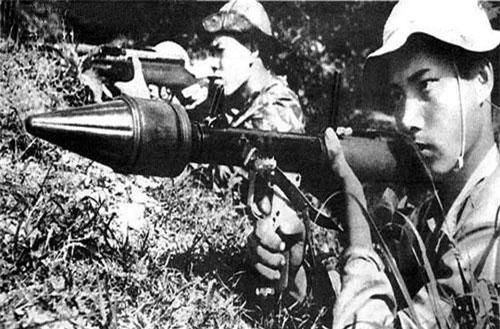 Trong Chiến tranh Việt Nam, hoả lực súng chống tăng B-40 được Việt Nam sử dụng rất nhiều trong tác chiến dù không phải lúc nào mục tiêu cũng là thiết giáp và xe tăng. Nguồn ảnh: Naver.