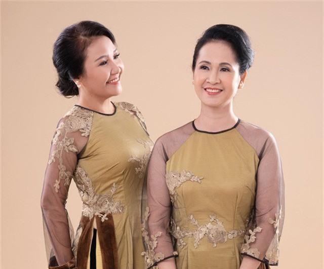 Hai mẹ chồng quốc dân tụ hội, uyển chuyển trong BST áo dài đôi của NTK Đức Hùng - Ảnh 1.