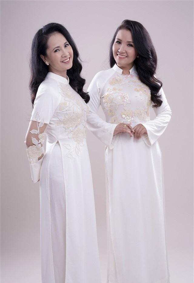 Hai mẹ chồng quốc dân tụ hội, uyển chuyển trong BST áo dài đôi của NTK Đức Hùng - Ảnh 2.