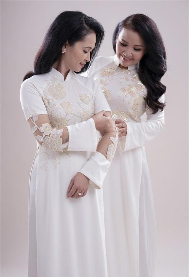 Hai mẹ chồng quốc dân tụ hội, uyển chuyển trong BST áo dài đôi của NTK Đức Hùng - Ảnh 3.