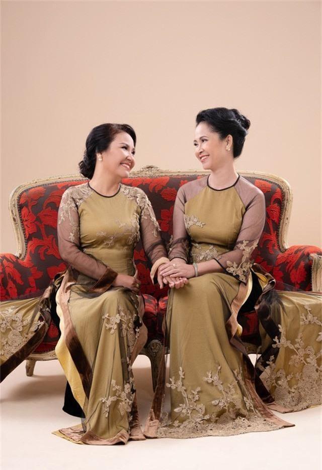 Hai mẹ chồng quốc dân tụ hội, uyển chuyển trong BST áo dài đôi của NTK Đức Hùng - Ảnh 8.