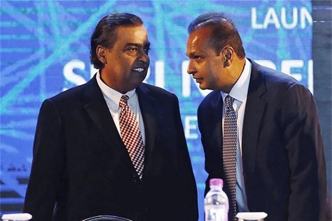 Hình ảnh thân mật hiếm hoi của hai em tỷ phú Mukesh (trái) và Anil Ambani. Ảnh: India Times.