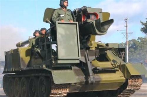 Cũng theo tờ báo này, trên khung gầm xe tăng T-34, Cuba đã cải hoán bỏ đi tháp pháo nguyên bản và tích hợp các hệ thống pháo xe kéo do Liên Xô sản xuất để tạo nên pháo tự hành hạng nặng. Trong ảnh, pháo tự hành 130mm M46 đặt trên tăng T-34-85. Ảnh: Global Security