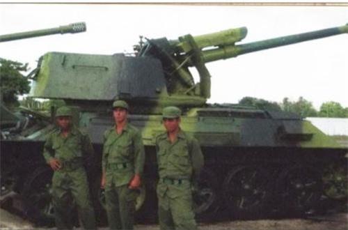 Một phần tháp pháo T-34 được giữ lại để tăng khả năng bảo vệ kíp pháo thủ pháo tự hành 122mm D-30. Ảnh: Global Security