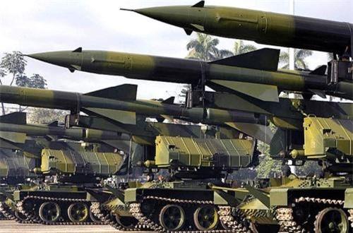 Bệ phóng tên lửa phòng không SA-2 sử dụng khung gầm xe tăng T-55. Cách cải tiến này nhìn chung tăng khả năng cơ động, triển khai cho hệ thống tên lửa phòng không SA-2 hay SA-3 vốn đặt cố định, dễ bị tiêu diệt trong chiến tranh hiện đại. Ảnh: Global Security